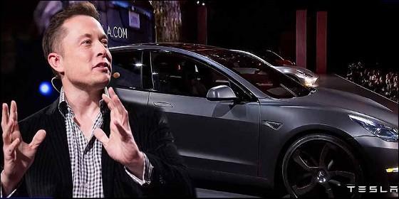 Elon Musk y su coche eléctrico Tesla Model 3.