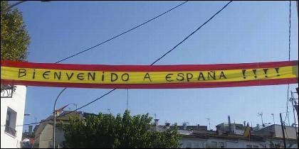 Así reciben al conductor, los vecinos de la comunidad gitana de Villaroja, un barrio de Gerona.