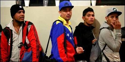 Jóvenes inmigrantes que huyen d ela tiranía chavista en Venezuela, se apelotonan en las fronteras de Perú y Ecuador.