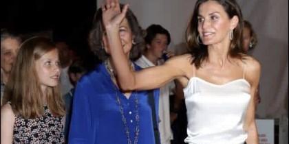 El polémico gesto de doña Letizia tapando a la Reina Sofía.