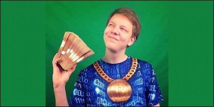 Pavel Nyashin, con un bitcoin de oro en elcollar y fajos de billetes.