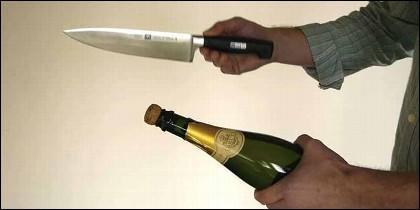 El agresor uso una botella y un cuchillo para herir a su pareja.