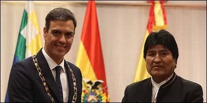 El presidente de Bolivia, Evo Morales, posa  con el presidente del Gobierno español, Pedro Sánchez (i), tras imponerle la condecoración del 'Cóndor de los Andes'.