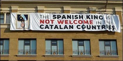 La pancarta contra Felipe VI que se desplegó el pasado 17A en Barcelona.