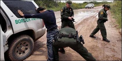 Patrulla registra a un inmigrante en la frontera entre EEUU y México.
