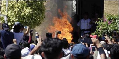 Linchamiento: la turba graba con sus móviles el momento en que linchan a dos sospechosos de secuestro infantil en el municipio mexicano de Acatlán.