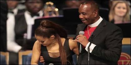 El reverendo Charles Ellis agarra por el pecho a Ariana Grande durante el funeral de Aretha Franklin.