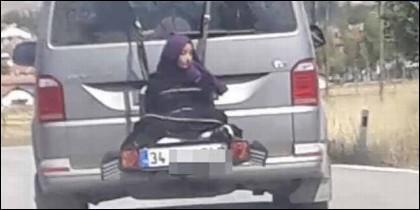 Así iba la niña, atada en el portabicicletas del coche de este ciudadano turco.