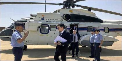 El helicóptero Super Puma y las gafas de Pedro Sánchez.