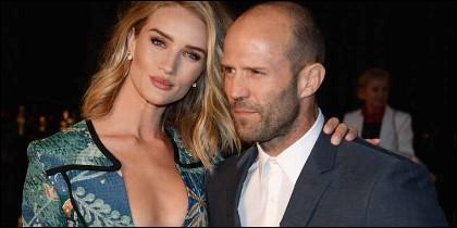 El duro Jason Statham es mucho mayor que su bella acompañante.