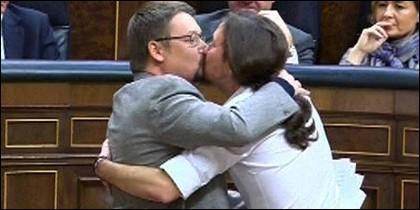 Xavier Domenech y Pablo Iglesias se besasn en el Congreso de los Diputados.