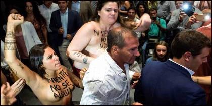 Las activistas de Femen, pecho al aire, en la protesta contra Albert Rivera, en Málaga..