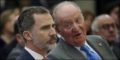 El Rey Felipe VI escucha a su padre, Don Juan Carlos de Borbón.