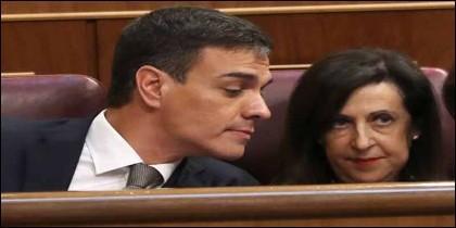 Pedro Sánchez con Margarita Robles (PSOE).