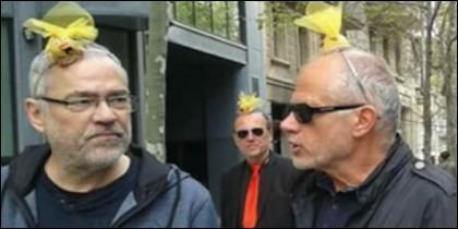 Independentistas con lazos amarillos en la cabeza, en Barcelona.