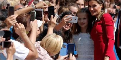 La princesa de Asturias y la reina Letizia posan con el público en Covadonga