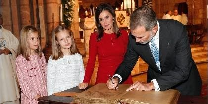 El Rey Felipe firma en la Basílica de Covadonga ante la Reina Letizia y sus hijas