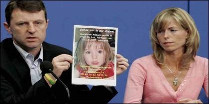 Kate y Gerry McCann, con la foto de Madeleine, cuando desapareció.