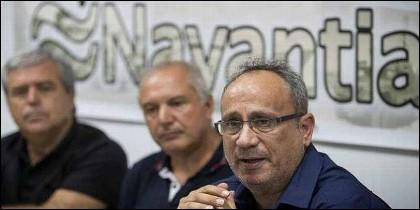 Jesús Peralta,  presidente del comité de empresa de Navantia San Fernando, junto a otros trabajadores.