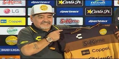 Maradona en su presentación como DT de un club mexicano de segunda división.