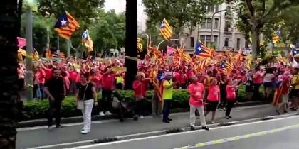 Los independentistas abucheando al vecino por poner el himno de España en la Diada