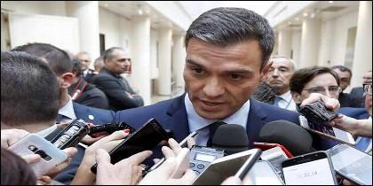 Pedro Sánchez con los periodista.