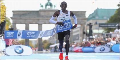 El keniata Eliud Kipchoge bate en berlín un nuevo récord mundial de maratón.