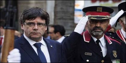 El golpista Carles Puigdemont con Trapero, en aquellos momentos jefe de los Mossos.