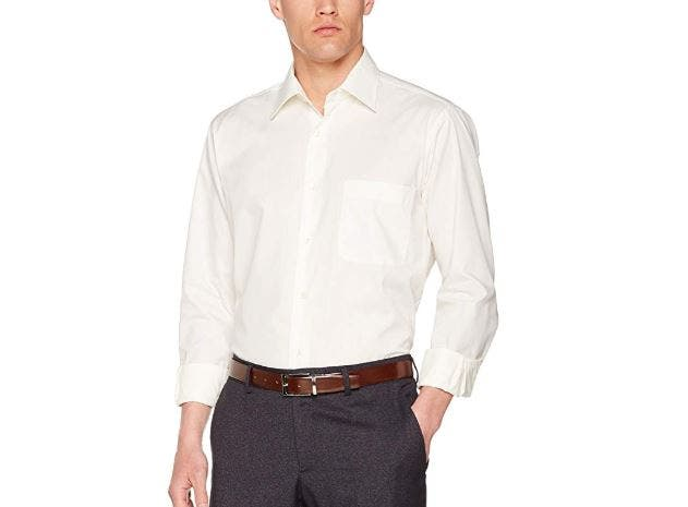7a15340ed Camisa formal en color marfil con cuello clásico y manga larga. Corte  normal
