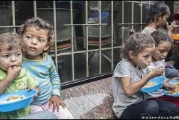 Niños intentando alimentarse en Venezuela
