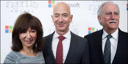 El dureño de Amazon Jeff Bezos, con sus padres Mike y Jackie.