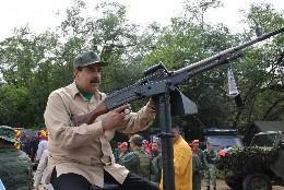 Nicolás Maduro con arma de fuego