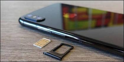 Teléfono móvil y tarjeta SIM.