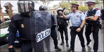 Mossos catalanes y policías nacionales discuten a las puertas de un instituto, el 1-O de 2017.
