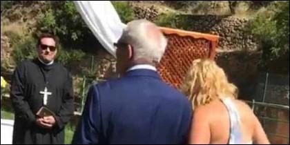Emiliano Rodríguez,  alcalde del PSOE de Ayna (Albacete), haciendo de cura en una boda civil.