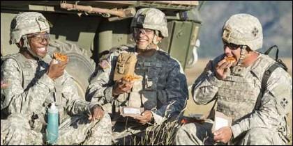 Marines de EEUU comiendo pizza.