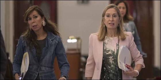 Ana Pastor (d) y Alicia Sánchez Camacho, yendo a la Mesa del Congreso.