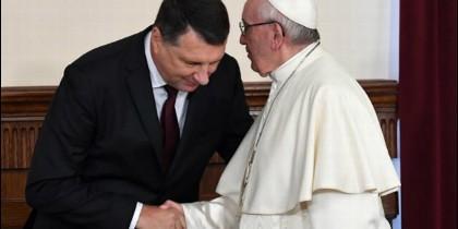 Raimonds Vejonis saluda al Papa Francisco