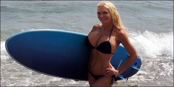 Yola Berrocal con la tabla de surf.