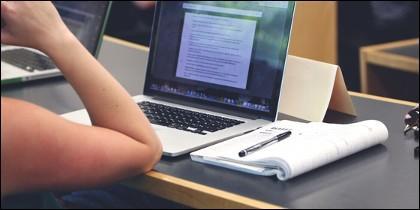 Estudiando en línea.