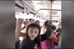 Un desatascador para no caer en un autobús