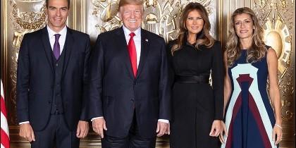 El momento del saludo protocolario de los Trump con Sánchez y Gómez.