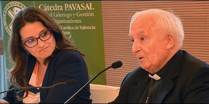 El cardenal de Valencia, junto a Mónica Oltra, en la Universidad Católica de Valencia