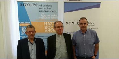 Miguel Miró, flanqueado por los responsables de ARCORES en España