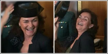 Carmen Calvo posando graciosa con un tricornio de la Guardia Civil.