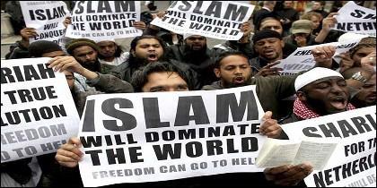 Fanáticos musulmanes se manifiestan proclamando la superioridad del Islam sobre Occidente y su odio a la libertad.