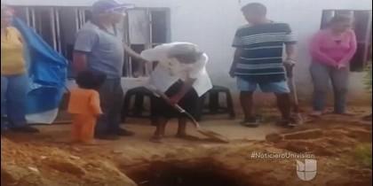 La anciana venezolana enterrando a su hijo en el patio de su casa