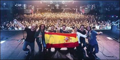 El grupo 'Taburete' con la bandera de España en Barcelona.