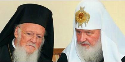 Los Patriarcas ortodoxos Bartolomé de Constantinopla (i) y Kiril de Moscú (d)