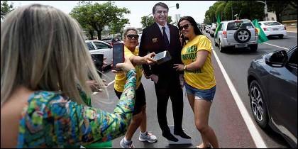 Brasil: Seguidoras de Bolsonaro posan para un selfie con una imagen del candidato.